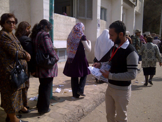 Numerous polling stations open late as Egyptians queue