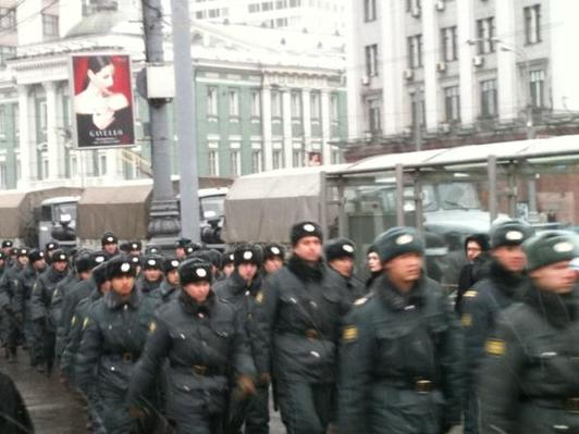 Thousands of troops deployed to Moscow amid protests