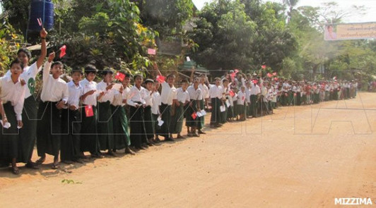 Crowds greet Aung San Suu Kyi on historic political tour